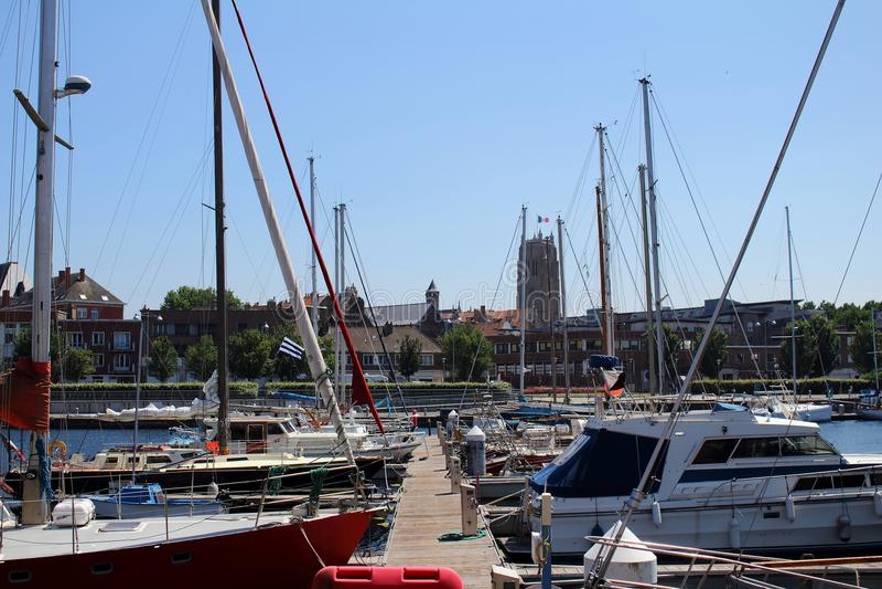 风船和游艇在敦刻尔克小游艇船坞停泊了 免版税库存照片