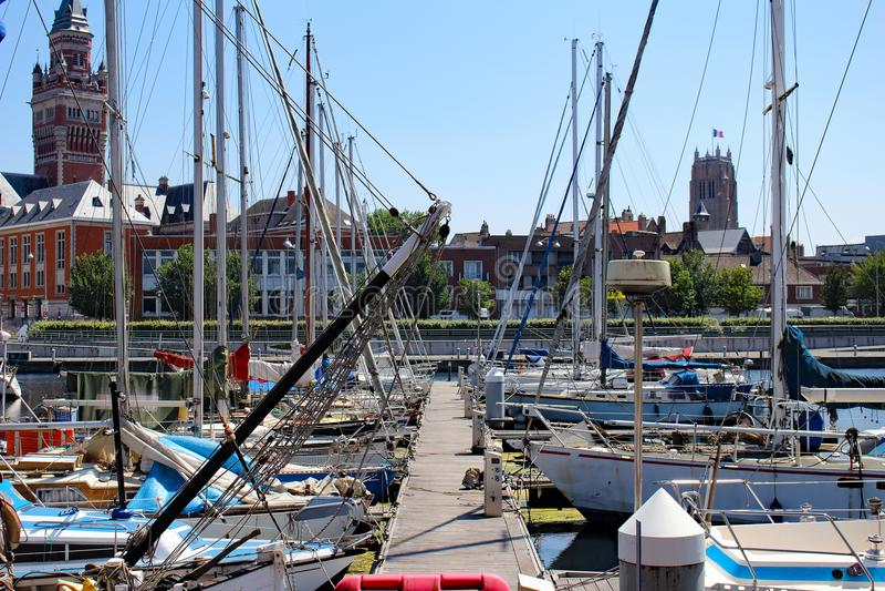 风船和游艇在敦刻尔克小游艇船坞停泊了 图库摄影