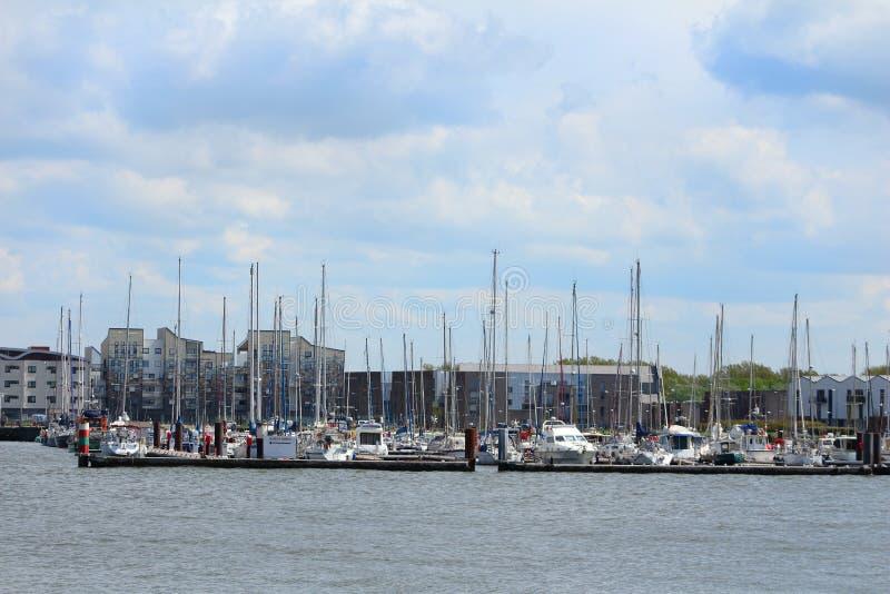 风船和游艇被停泊在小游艇船坞 免版税图库摄影