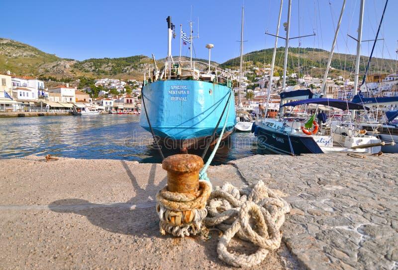 风船和船在九头蛇海岛Saronic海湾端起希腊 免版税库存照片