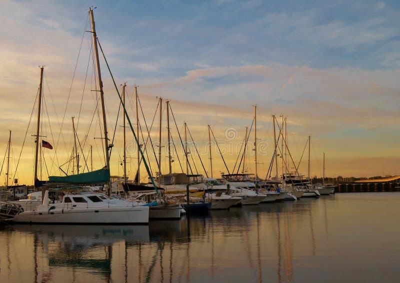 风船在一个港口在Bradenton,日落的佛罗里达 免版税库存图片