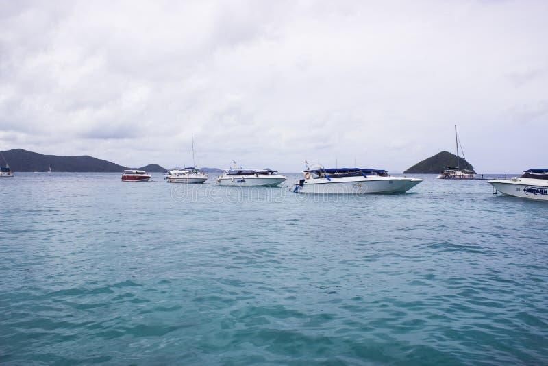 风船在云彩天空天大海的海 免版税库存图片