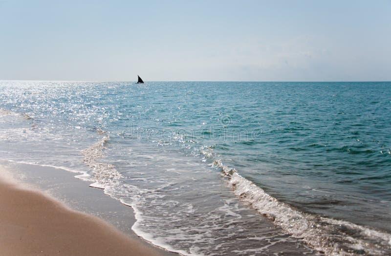 风船在印度洋在坦桑尼亚-国家公园saadani 图库摄影
