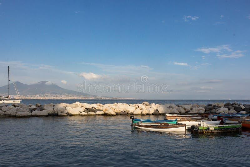 风船在反对维苏威火山和地中海的船坞 小船在港口在那不勒斯拿坡里,意大利 免版税库存照片