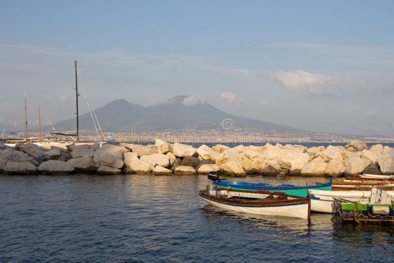 风船在反对维苏威火山和地中海的船坞 小船在港口在那不勒斯拿坡里,意大利 免版税图库摄影