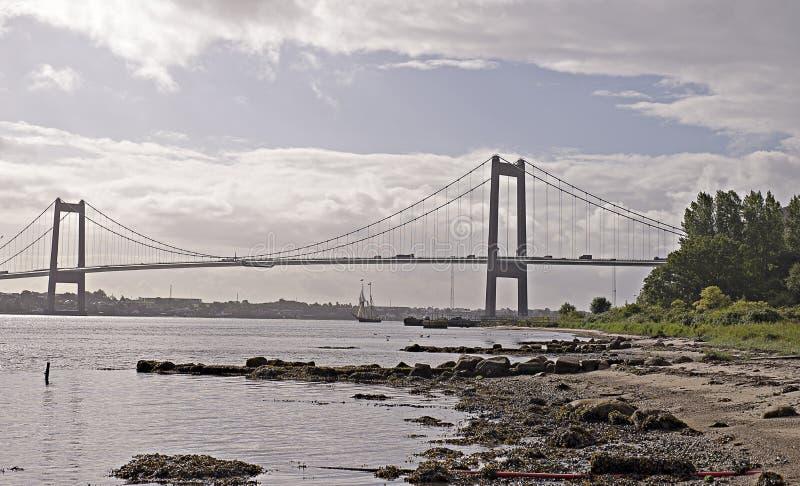 风船在吊桥下 免版税图库摄影