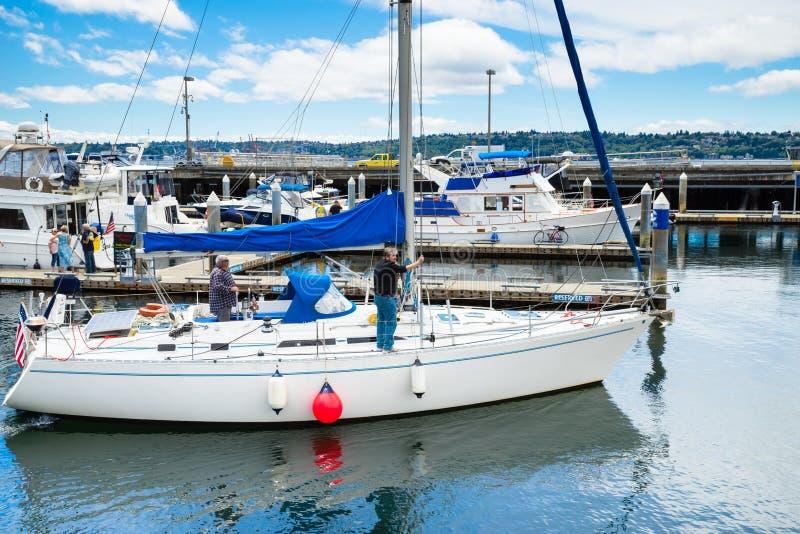 风船在响铃港口小游艇船坞 库存照片
