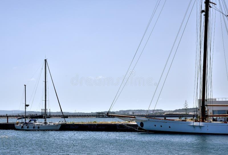 风船在小游艇船坞比塞大 免版税库存图片