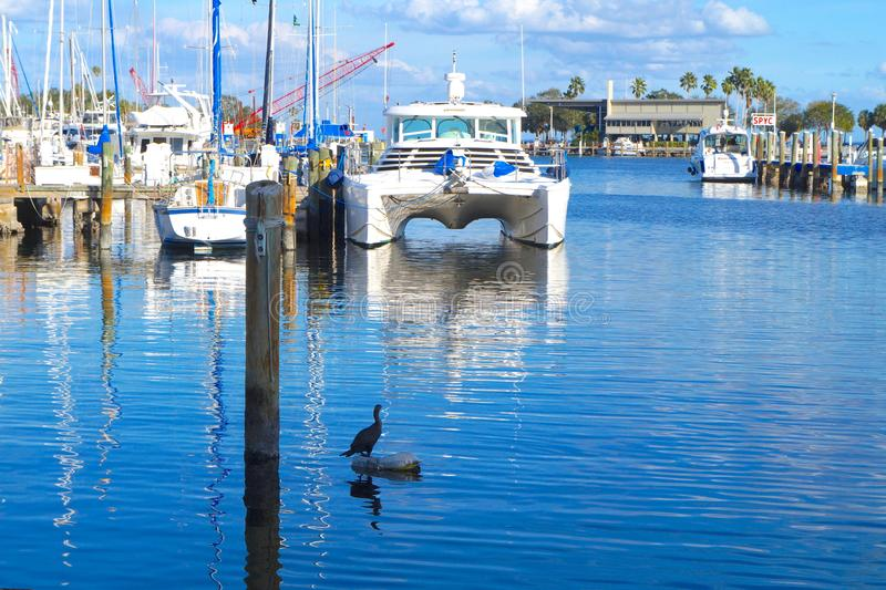 风船在小游艇船坞街市圣彼德堡 库存图片