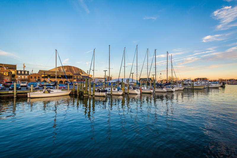 风船在日落的小游艇船坞,在安纳波利斯,马里兰 图库摄影