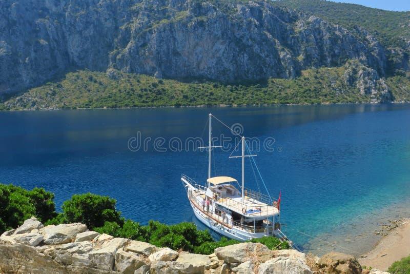 风船在海岸线附近的海,在土耳其的海岸的附近游艇 免版税库存照片