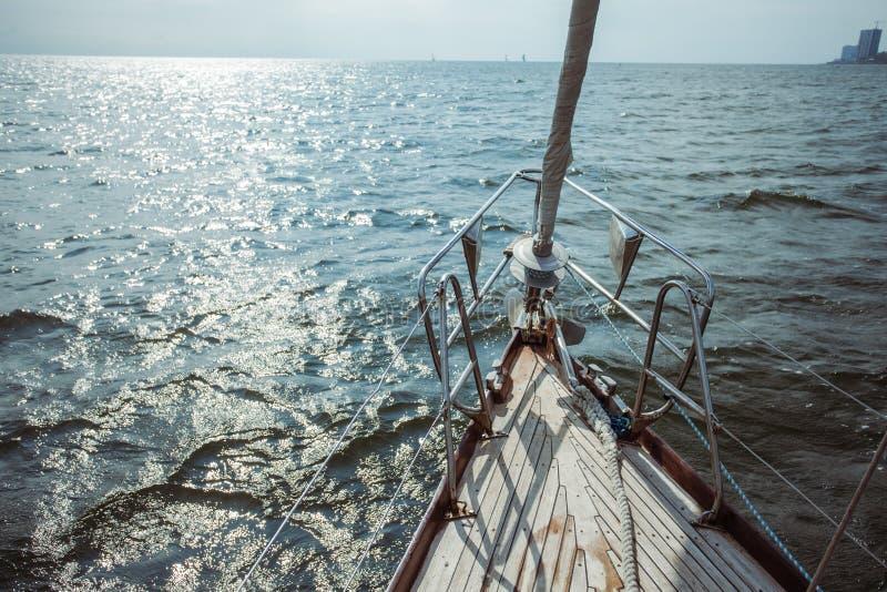 风船在海洋在航海时 免版税库存照片