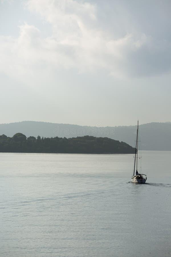 风船在海,航行往美丽的海岛 放松的夏天概念 库存照片