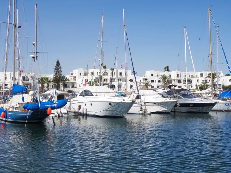 风船港口,许多美丽的被停泊的风帆在海po乘快艇 库存照片