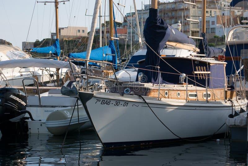风船港口,许多美丽被停泊在海港,夏令时假期航行游艇 库存照片