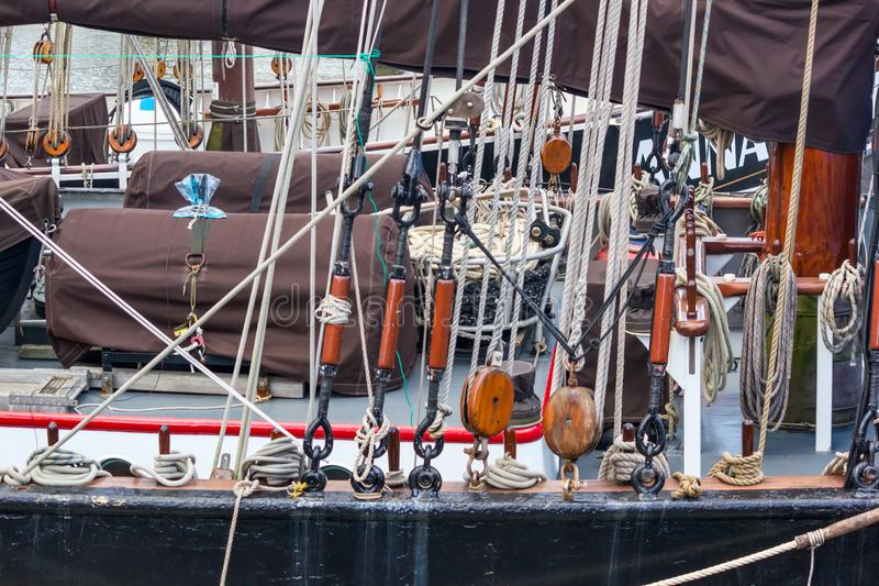 风船特写镜头的水上设备索具和细节-绳索,滑轮 库存照片