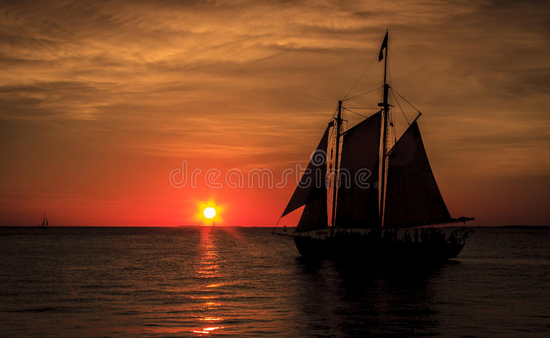 风船现出轮廓反对日落 图库摄影
