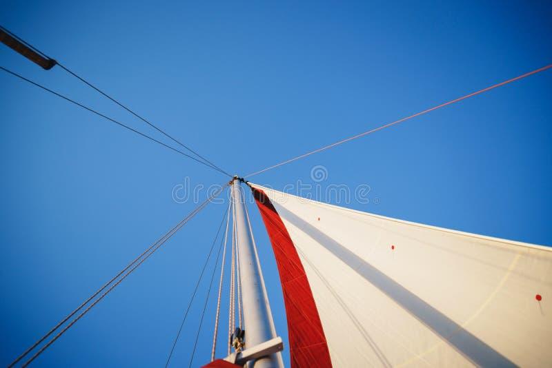 风船的上面,帆柱头、风帆和船舶绳索乘快艇细节 乘快艇,海洋背景 库存照片