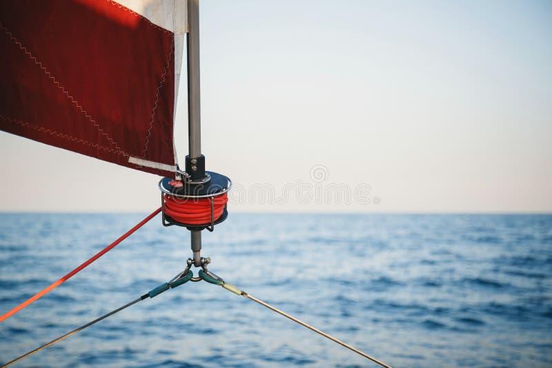 风船绞盘、风帆和船舶绳索乘快艇细节 乘快艇,海洋背景 库存图片