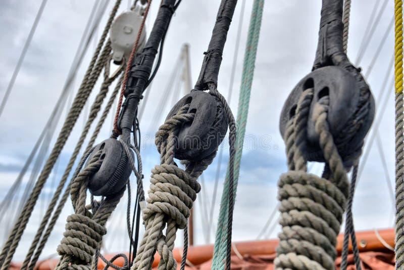 风船滑轮和绳索详细资料 库存图片