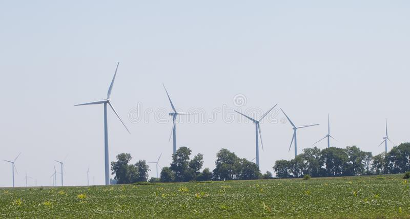 风车农村风景的能源厂 电力生产的风轮机农场 电力生产的风车 免版税库存图片