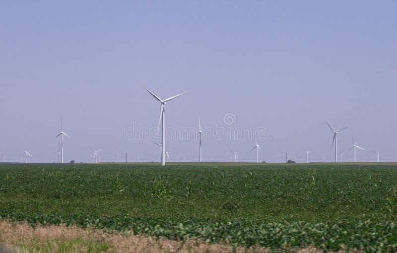 风车农村风景的能源厂 电力生产的风轮机农场 电力生产的风车 免版税库存照片