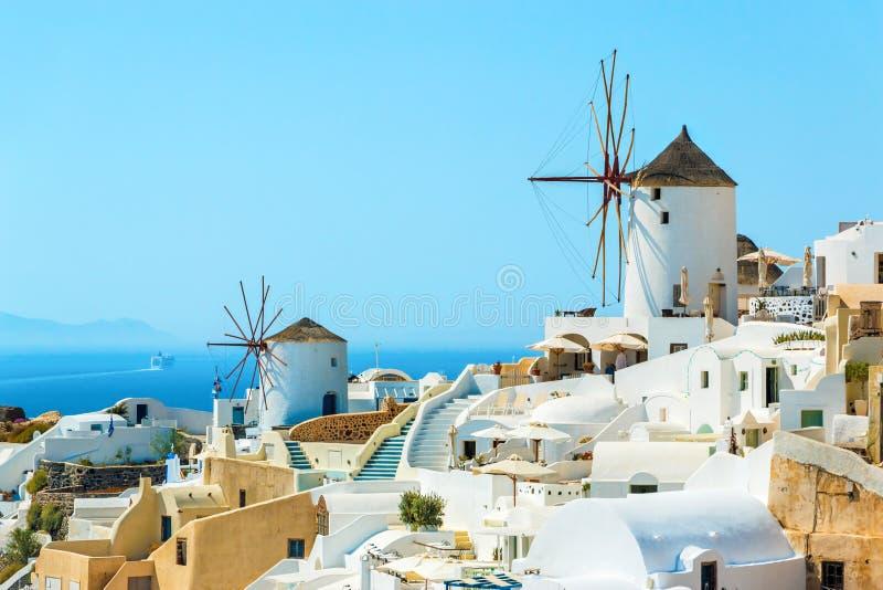风车和公寓在Oia镇,圣托里尼 库存图片