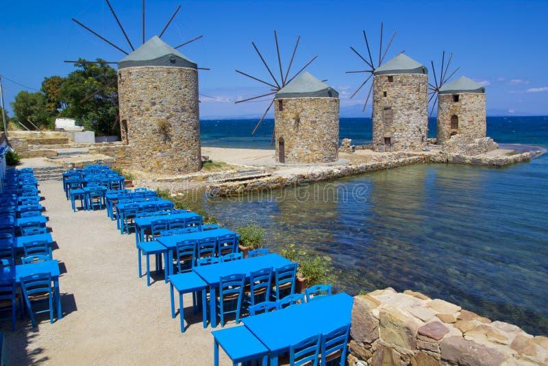 风车和花在希俄斯海岛,希腊 图库摄影