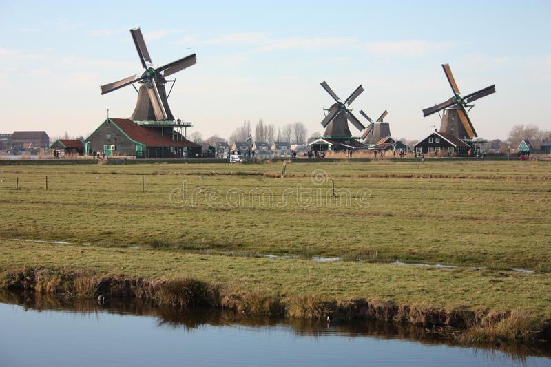 风车和运河全景在荷兰河的在Zaanse schans的 免版税库存照片
