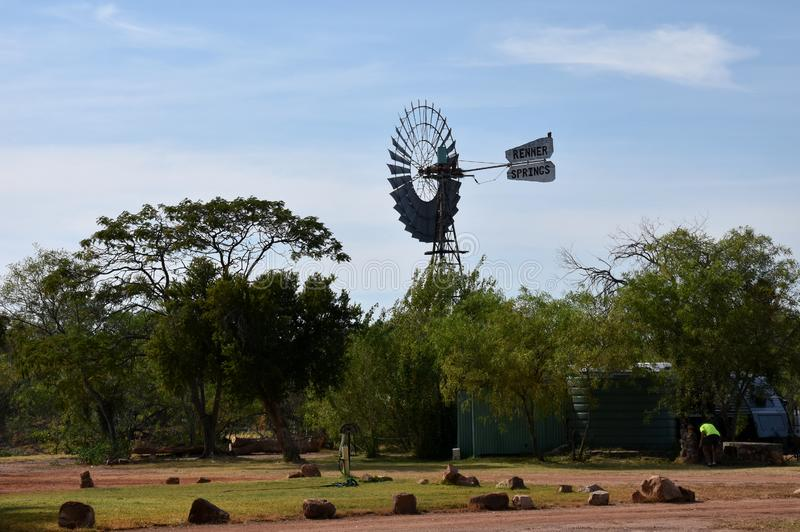 风车在内地农村澳大利亚站立 图库摄影