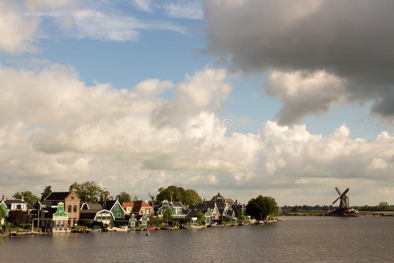风车在北海的水坝障碍 免版税图库摄影