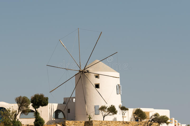 风车在反对蓝天的安提帕罗斯岛海岛 免版税库存图片