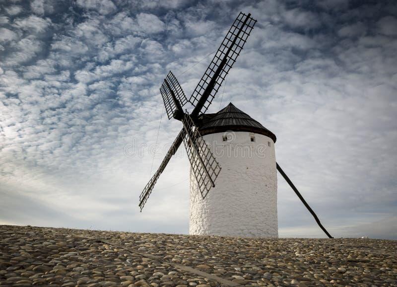 风车在坎波德克里普塔纳镇,雷阿尔城省,卡斯蒂利亚La Mancha,西班牙 免版税图库摄影