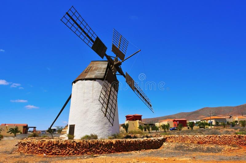 风车在安提瓜岛,费埃特文图拉岛,加那利群岛,西班牙 免版税库存照片
