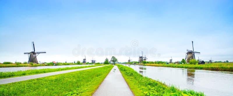 风车在小孩堤防、荷兰或者荷兰。 免版税库存图片