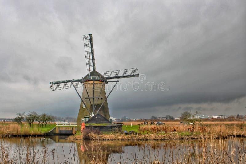 风车在小孩堤防在荷兰 库存图片