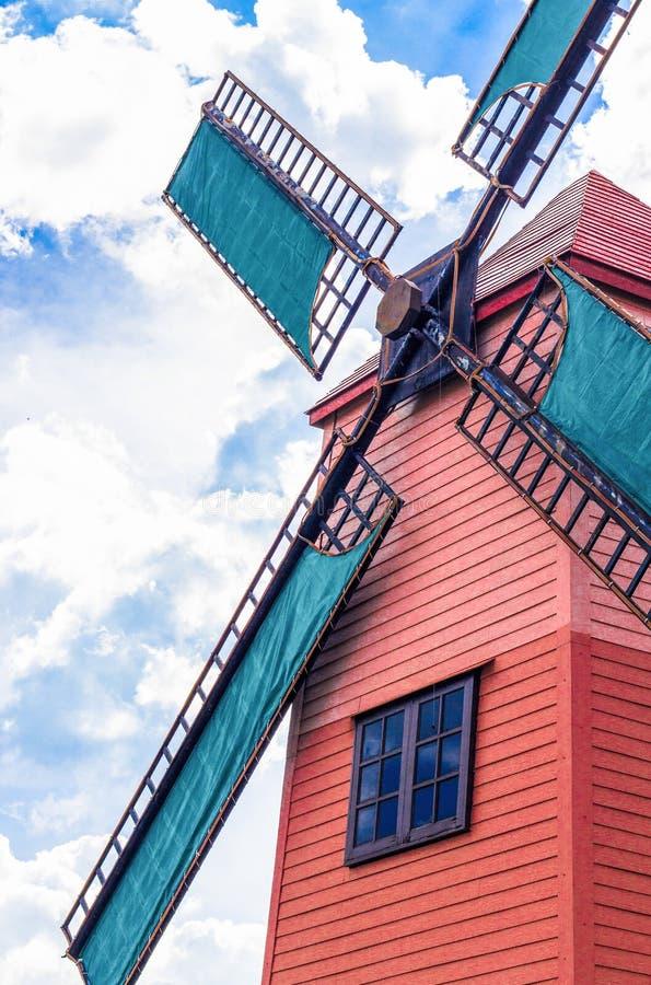风车在芭达亚的葡萄园Silverlake里 免版税库存照片