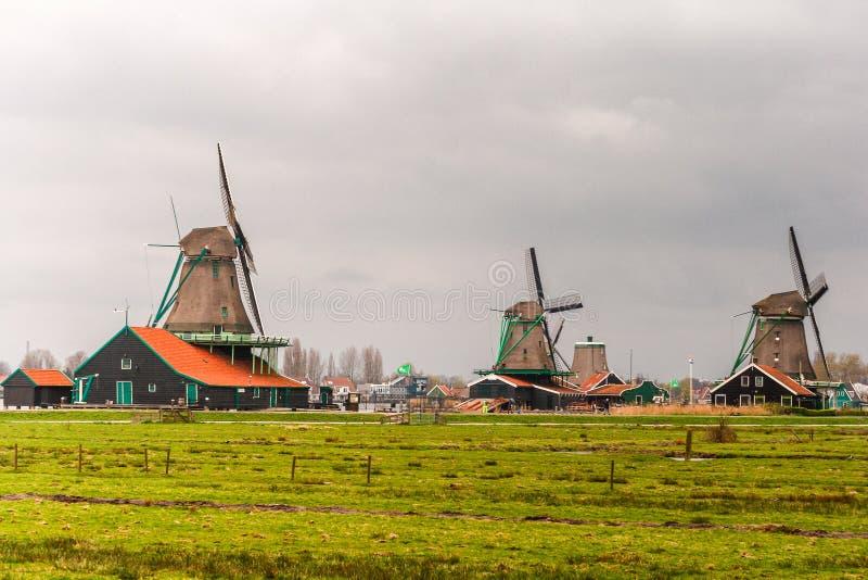风车在荷兰是其中一种已知的吸引力在世界上 免版税库存图片