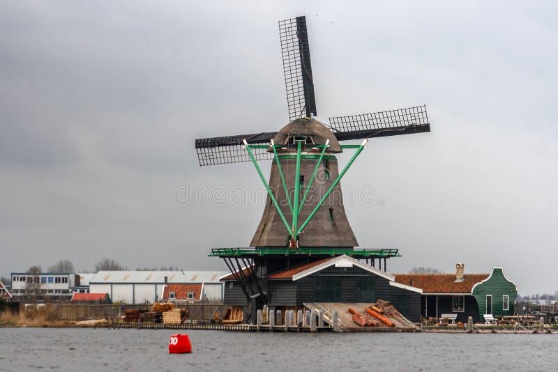 风车在荷兰是其中一种已知的吸引力在世界上 免版税库存照片