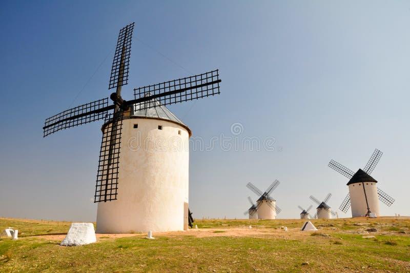 风车在Campo ・ de Criptana (西班牙) 免版税库存图片