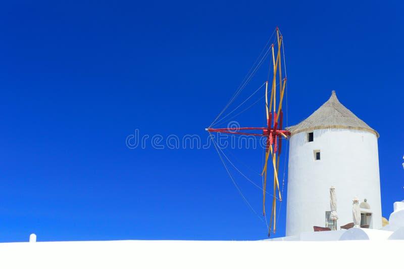 风车在Oia,圣托里尼,希腊 免版税库存照片