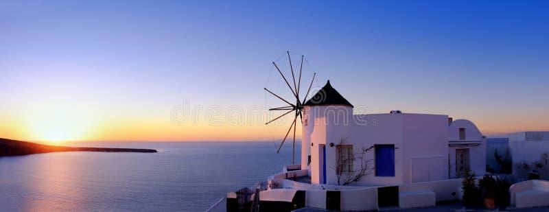 风车在Oia,圣托里尼,日落的 免版税库存照片