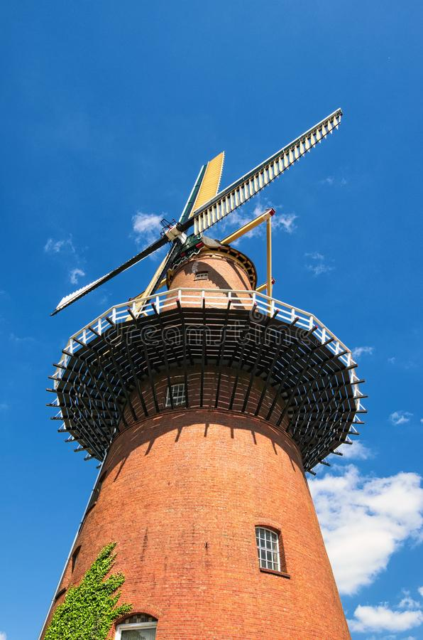 风车是其中一个荷兰的最著名的标志 反对蓝天的传统老磨房 荷兰乌得勒支 免版税库存图片