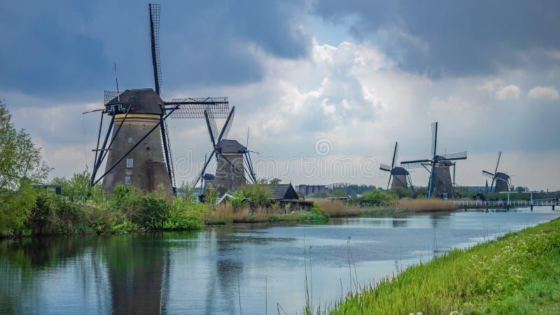 风轮机农厂议院被弄脏的背景 库存图片
