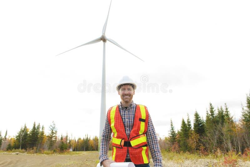 风轮机发电器驻地的一位技术员工程师 免版税库存照片
