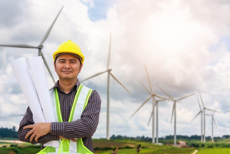 风轮机发电站的工程师工作者 免版税库存图片
