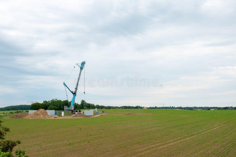风轮机在一台大起重机帮助下架设 免版税库存照片