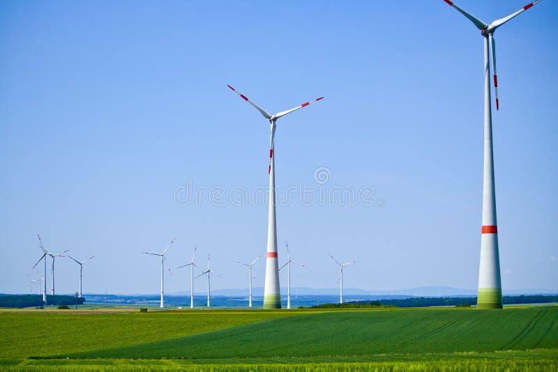 风轮机在晴朗的早晨在巴伐利亚,德国 免版税库存图片