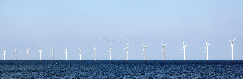 风轮机在海 免版税库存照片