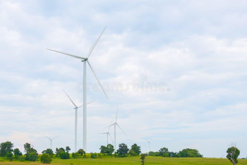 风轮机在领域、天空蔚蓝和云彩背景做了可再造能源在猜也奔府泰国 库存图片